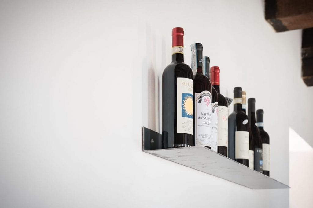 Idee per l'arredamento di ristorante: mensola a parete su misura