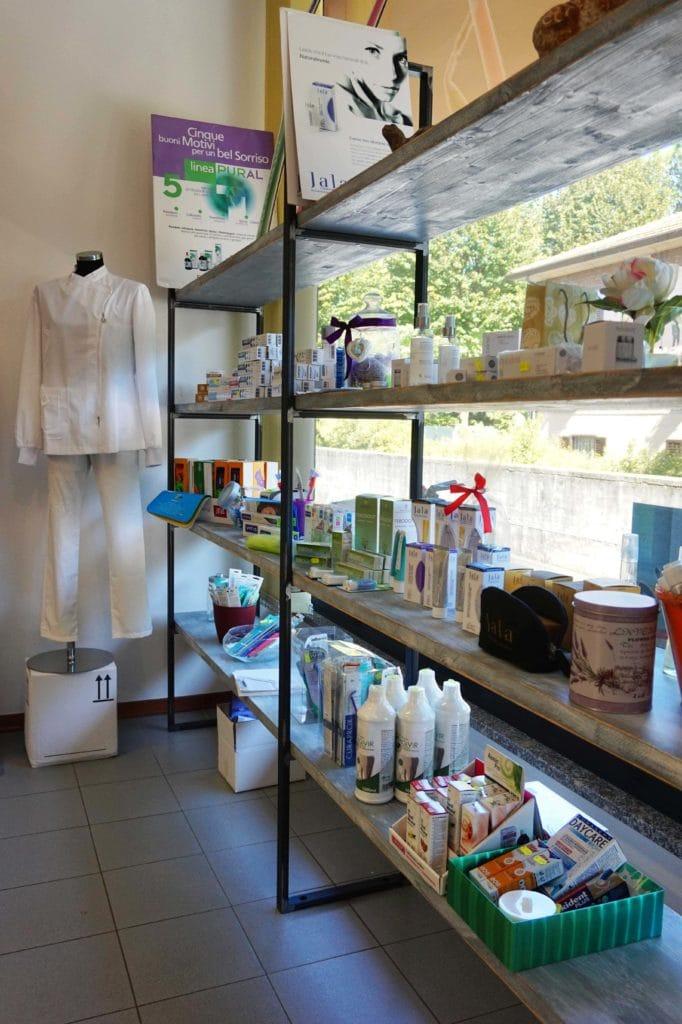 Arredamento su misura per negozi e locali commerciali, soluzione d'arredo personalizzata per scaffalatura artigianale