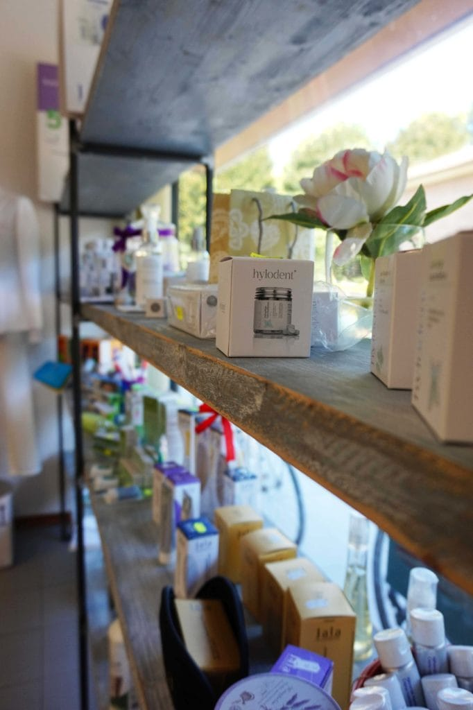 Soluzioni d'arredo su misura per negozi, scaffalatura artigianale
